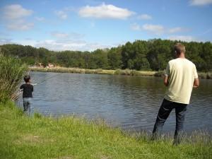 Joris en Jordie aan het vissen